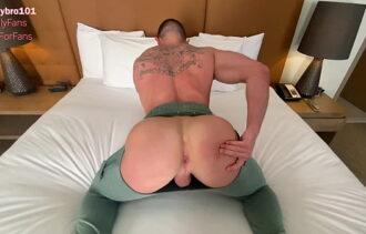 Bombado tatuado sentando com o cu na picona do negão e engolindo porra