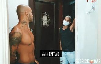 Moreno gay tatuado pagando o cara do petshop com sexo anal